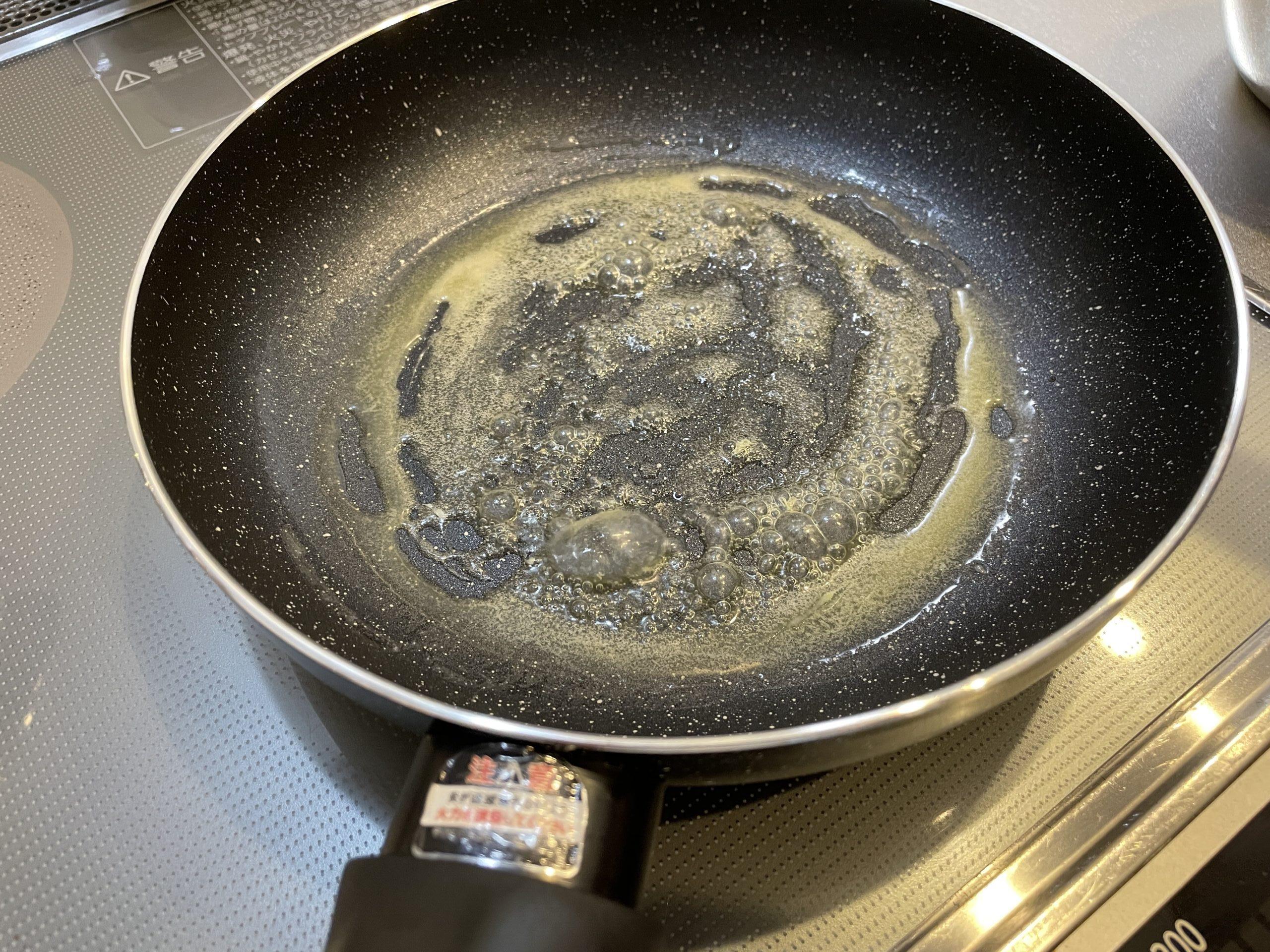 フライパンでバターを溶かしている画像