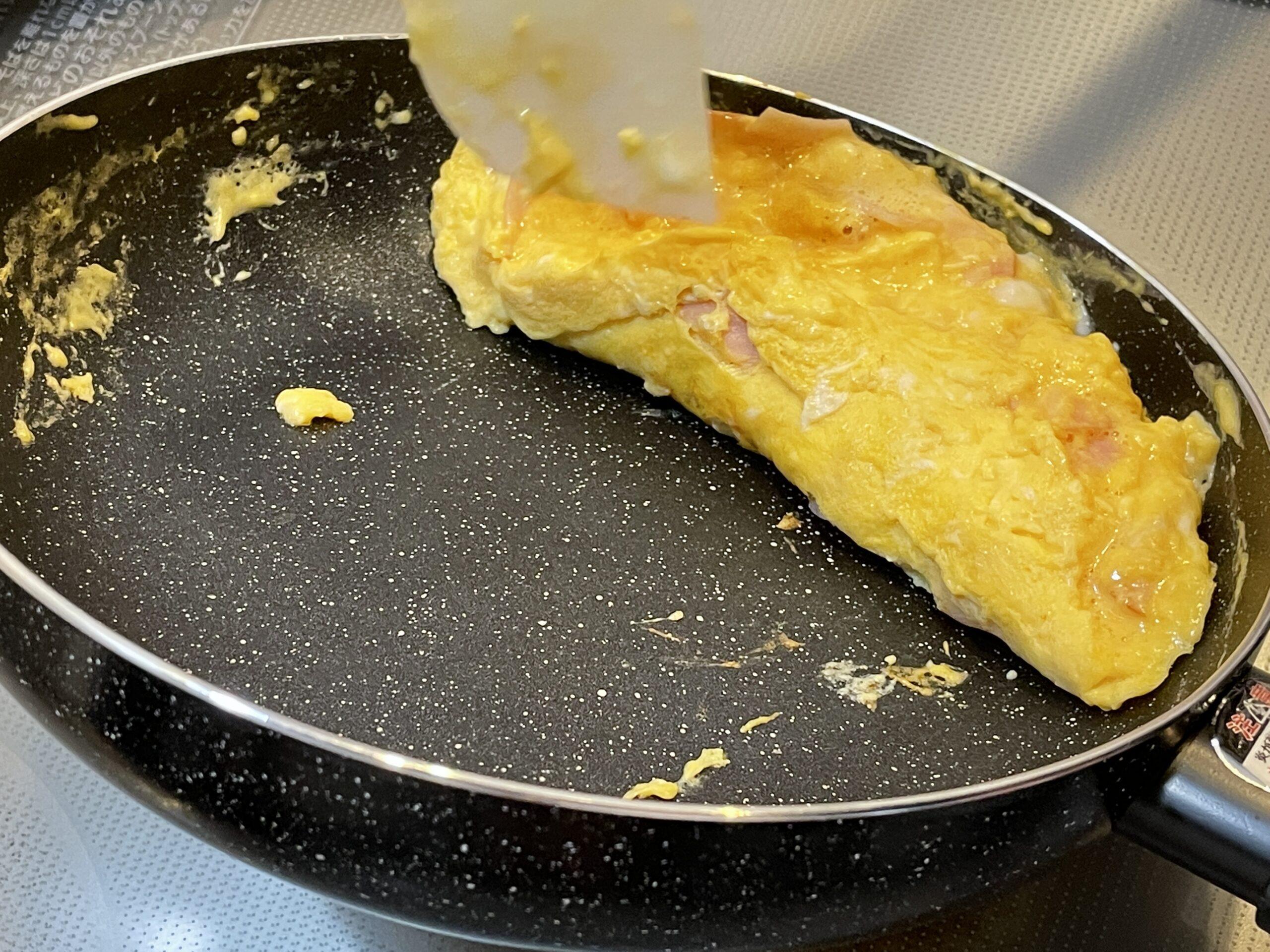 ハムオムレツをフライパンで焼いている画像