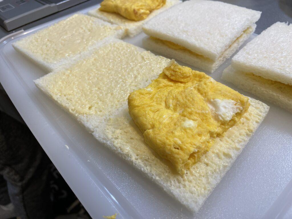 たまごサンドウィッチを作っている画像